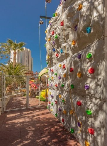 Mur d'escalade pour enfants apparthôtel magic tropical splash benidorm